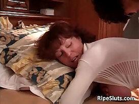 Hot sexy mature big ass babe gives