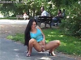 Desnudandose en el parque a plena luz del dia !!!!