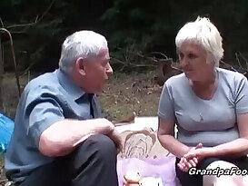 Mature slut piss and gives good head